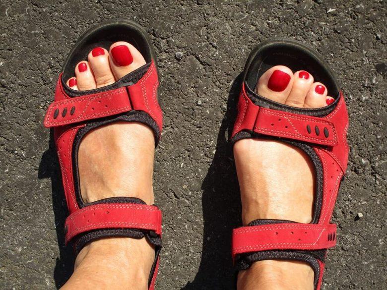 czerwone sandały w sportowym stylu